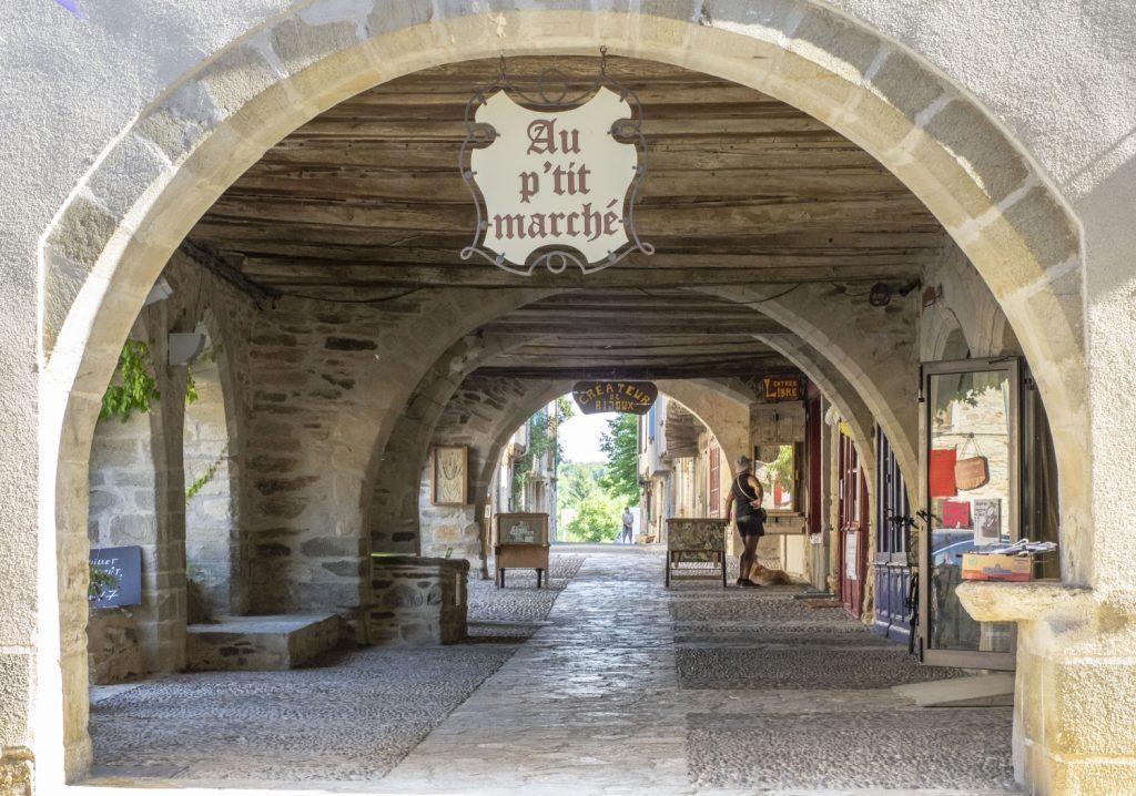 Place aux arcades, Sauveterre-de-Rouergues